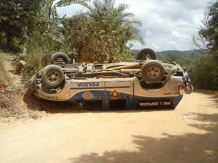 viatura-da-pm-de-gandu-capota-e-deixa-dois-policiais-feridos