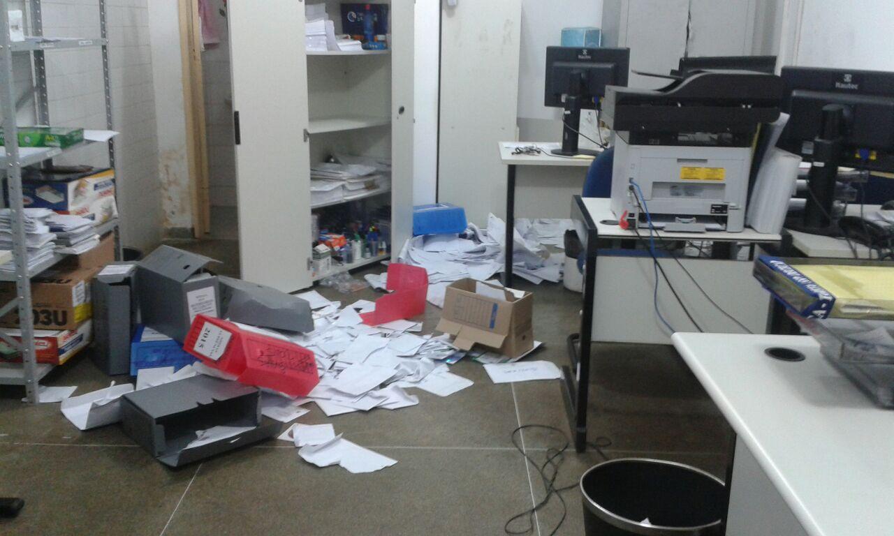 O aspecto de bagunça deixado no local, com papéis espalhados pelo chão, leva a crer que os invasores estivessem também em busca de documentos