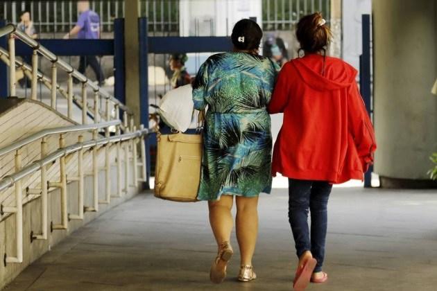 Grota saindo hospital com a avó apos exames