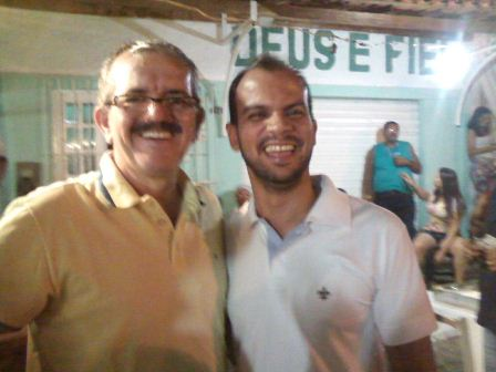 Ao lado do pároco de São José Operário, Padre Edilson