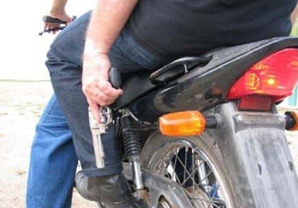 assaltantes-usam-moto