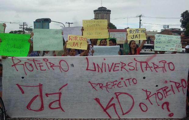 Estudantes da Ufba e do Ifba que moram em Camaçari pedem retorno do serviço de transporte universitário (Foto reprodução)
