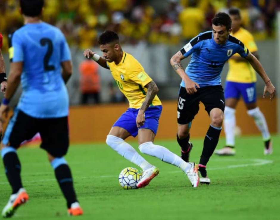 Neymar tenta escapar da marcação no duelo de ida das Eliminatórias (Foto: CHRISTOPHE SIMON / AFP)