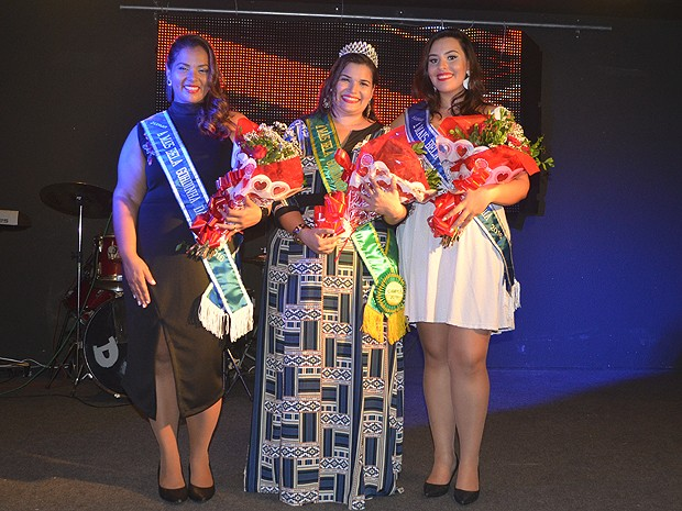 Kamila Bitencourt (no meio) foi coroada a mais bela gordinha da Bahia, em 2016 (Foto: Paulo Varjão/ Divulgação)