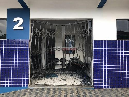 A porta de vidro foi destruída com o impacto. (Foto: Antônio Costa / Ipiaú On Line)