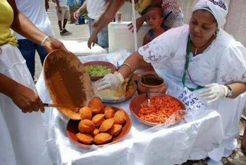 Prefeitura atualiza regulamentação das baianas de acarajé e mingau.