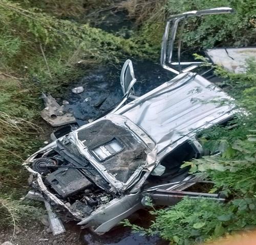 Pessoas que presenciaram o acidente levantaram a hipótese de que a motorista da caminhonete tenha perdido o controle de direção do veículo. (Foto reprodução)