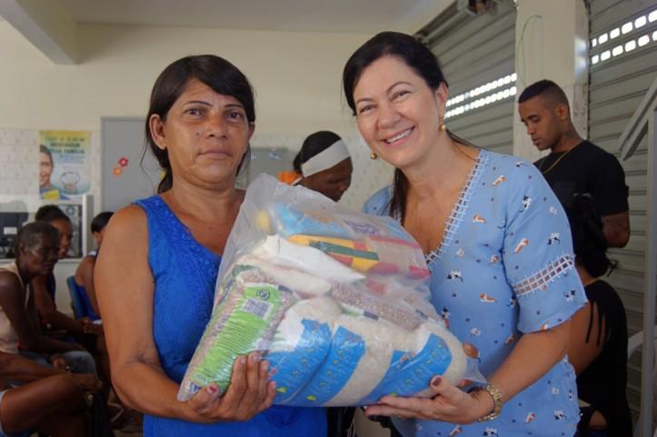 A coordenação da entrega de cestas é da secretária de ação sociial, Nena Costa
