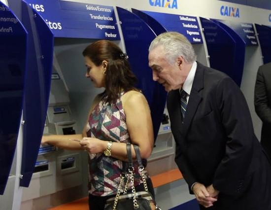 Alerta espalhado através do WhatsApp avisa que o presidente Michel Temer irá bloquear o dinheiro de quem tem conta na Caixa Econômica Federal! Será verdade? (Reprodução Facebook)
