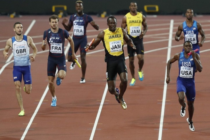 O momento em que Bolt lesiona a coxa (Foto: Adrian Dennis/AFP)