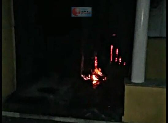 O incêndio atingiu a recepção do escritório. (Foto Ricardo Gomes / Leitor Ipiaú On Line)
