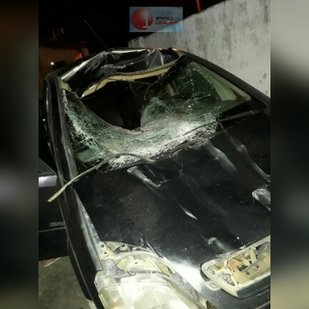 A frente do veículo ficou destruída com o impacto. (Foto leitor Ipiaú On Line)