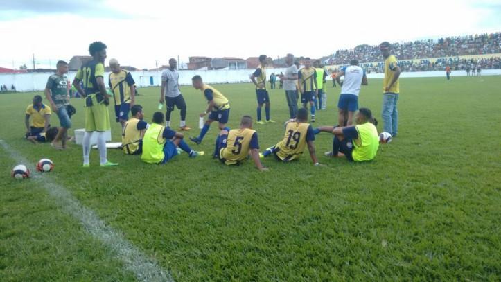 Jogadores descansam no gramado antes de iniciarem a cobrança de pênaltis. Foto: Miro da Kombi