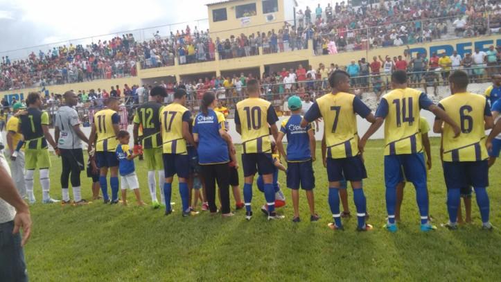 Seleção se apresentou em campo diante de um Pedro Caetano totalmente tomado pela torcida. Foto: Miro da Kombi