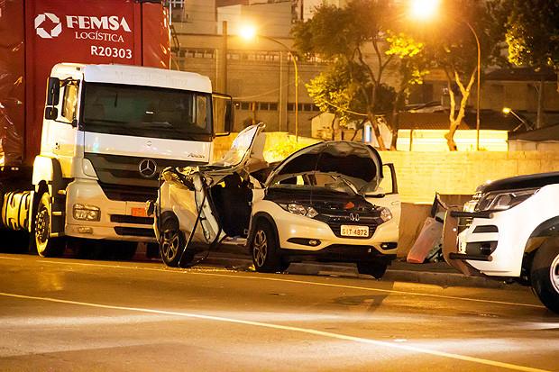 Pedaços de concreto caíram sobre o veículo, atingindo a juíza de 46 anos.