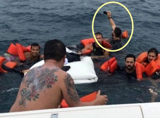 Homem parece tirar selfie enquanto é socorrido de naufrágio perto de Morro de São Paulo. (Foto: Divulgação / Graer)