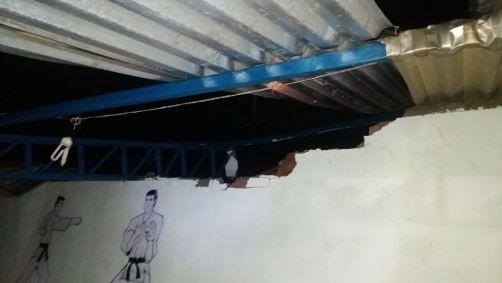 Estrutura do telhado não resistiu à força do vento e da chuva. (Imagem: Defesa Civil de Ilhéus)