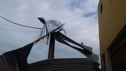 Após tempestade, estrutura do telhado ficou retorcida.