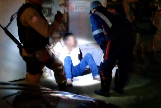 O médico socorrista do SAMU tentava acalmar o detido. (Fotos:Noel Rodrigues / Ipiaú On Line)