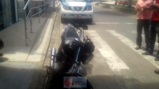 O veículo encontra-se com a numeração de chassi adulterada e placa de outra moto.
