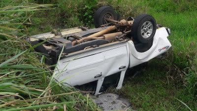 Veículo ficou com os pneus para cima (Foto: Tesouras Notícias)