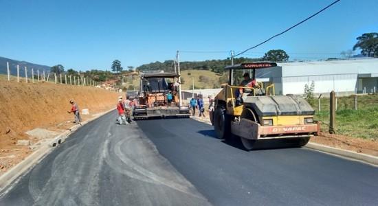 Máquinas-asfaltando-a-via-550x300