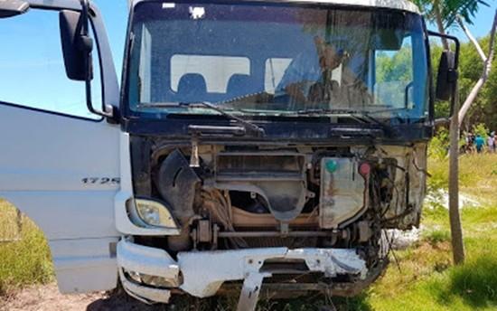Caminhão envolvido em batida com carro na BA-001, no sul da Bahia.