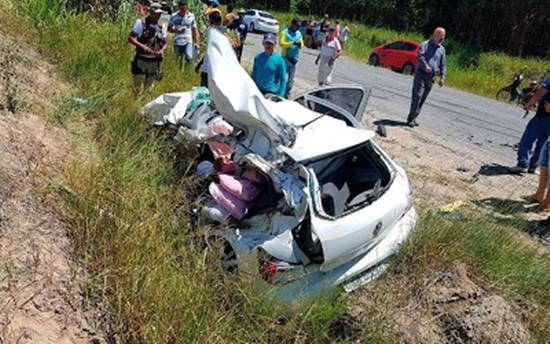 Carro ficou destruído e perdeu teto e portas.