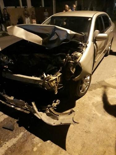 Veículo ficou com a frente destruída.