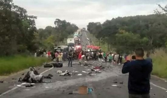 Quatro veículos se envolveram no acidente (Foto: Samu/ Divulgação)