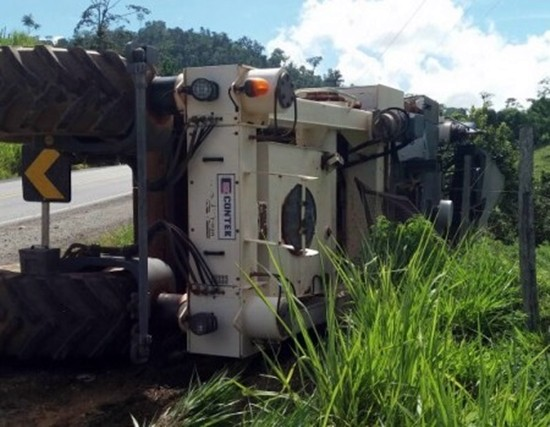 A máquina de quase um milhão de reais se desprendeu tombando na rodovia. (Foto: Jitaúna em Dia)