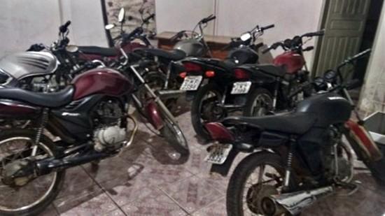 Dez motocicletas foram apreendidas durante abordagens para averiguação.