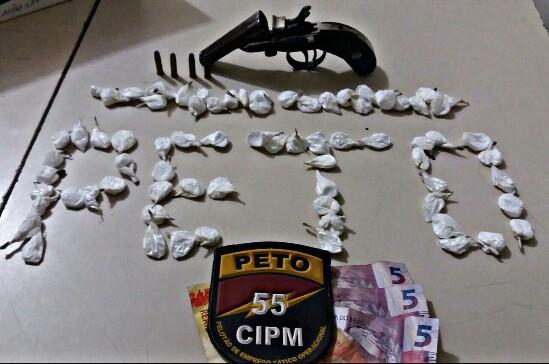Arma, drogas e dinheiro foram apreendidos com o detido. (Fotos divulgação Polícia Militar)