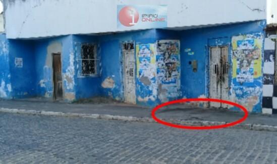 Muitas manchas de sangue ainda haviam no local onde a vítima ficou caída. (Foto: Noel Rodrigues / Ipiaú On Line)