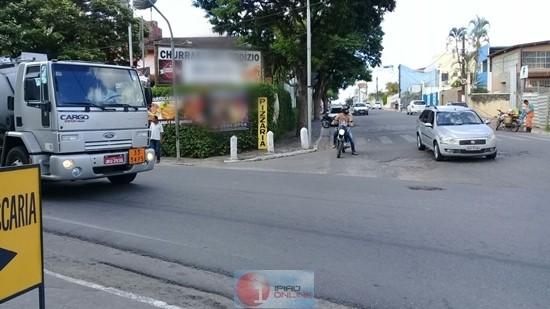 A falta de sinalização causou transtornos no cruzamento. (Fotos: Noel Rodrigues / Ipiaú On Line)