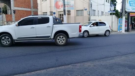Veículos quase se chocaram no cruzamento.