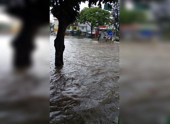 Praça do Cinquentenário debaixo d'água. (Fotos: Leitores Ipiaú On Line)