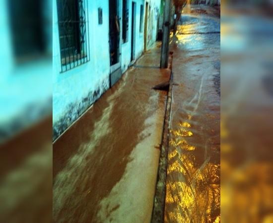 A água e lama invade os imóveis. (Foto leitora Ipiaú On Line)
