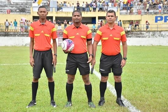 Árbitro de futebolRoberto Santana dos Santos (ao centro).