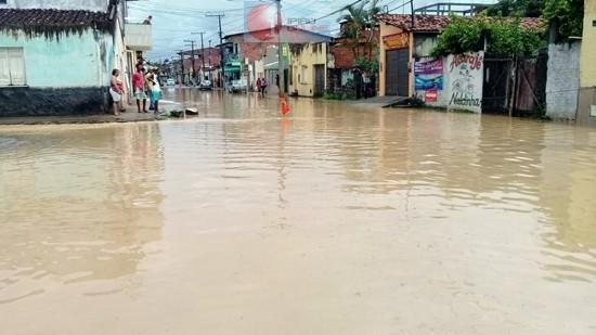 Em vários bairros os moradores passaram por momentos difíceis durante o temporal. (Fotos: Noel Rodrigues / Ipiaú On Line)