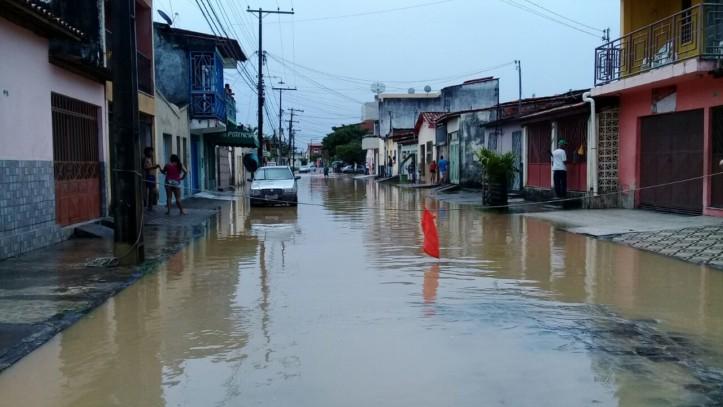 Rua interditada para evitar que as ondas invadissem as residências.