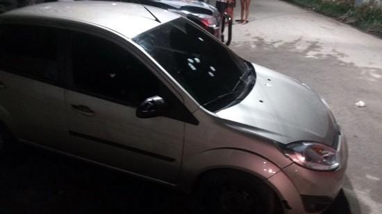 Um pessoa foi achada morta dentro de um veículo estacionado no local da chacina (Foto: Facebook/Reprodução)
