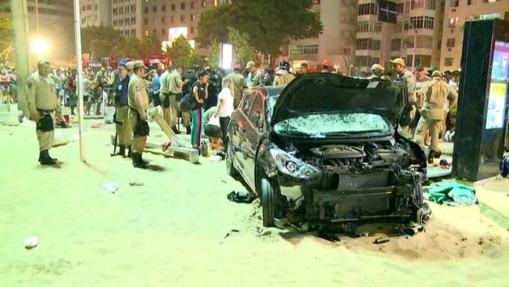 Carro desgovernado atropela pedestres no calçadão de Copacabana (Foto: Reprodução/Redes Sociais)