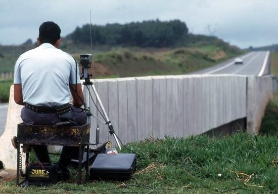 Policiais rodoviários com radares serão proibidos de se esconder. (Foto: Gladstone Campos /Quatro Rodas)