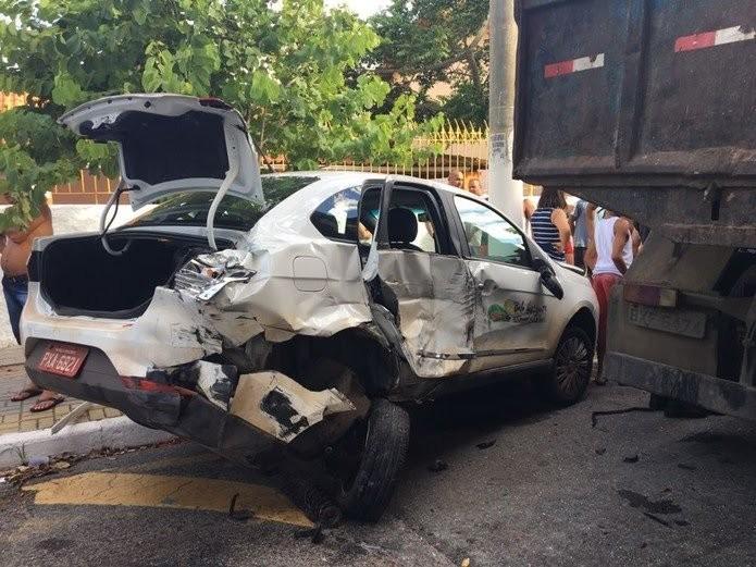 Um dos carros atingidos pelo caminhão ficou totalmente destruído (Foto: Narayanna Borges | Inter TV)