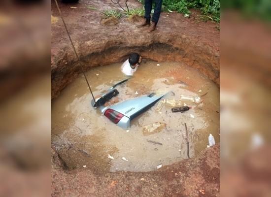 Homem mergulhou na cratera para amarrar corda em veículo (Foto: Divulgação)