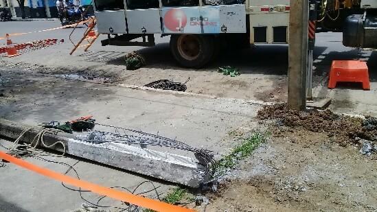 Segundo testemunhas, a estrutura do poste já estava comprometida mesmo antes do acidente.