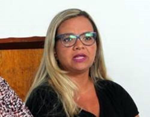 Quando recebeu o benefício, Roberta Carneiro era professora efetiva da rede municipal, cargo do qual se licenciou para comandar a Educação no governo Suka.