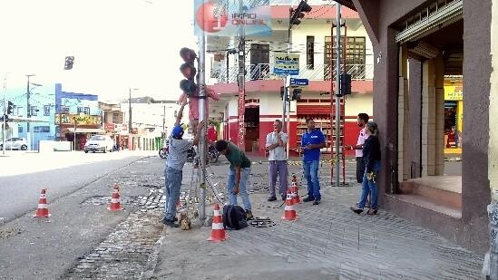 Técnicos substituíram o poste estragado. (Fotos: Noel Rodrigues / Ipiaú On Line)