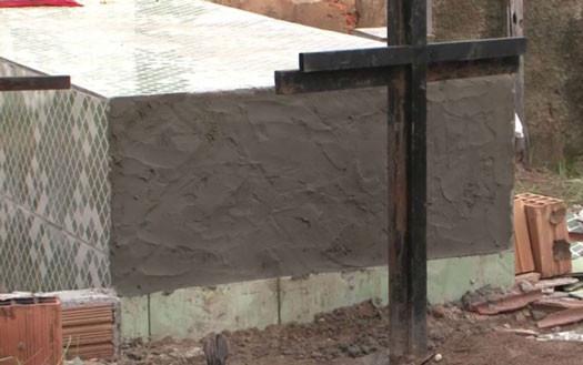 O corpo tinha ferimentos nas mãos e testa, como se tivesse tentado sair do caixão após sepultamento. (Foto: Reprodução/TV Bahia)